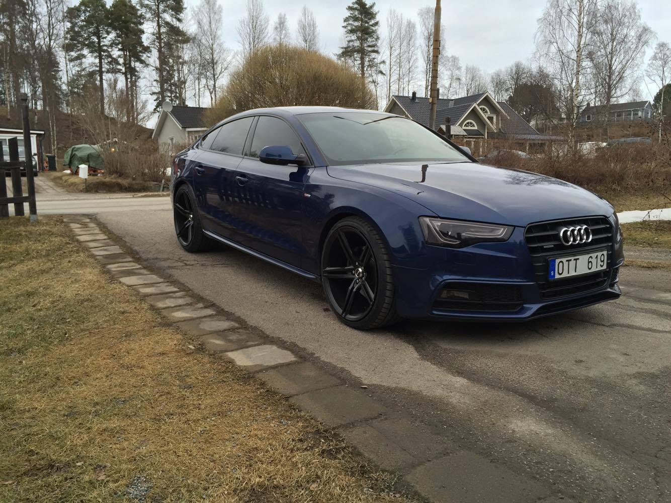 20 tums svarta fälgar på blå Audi