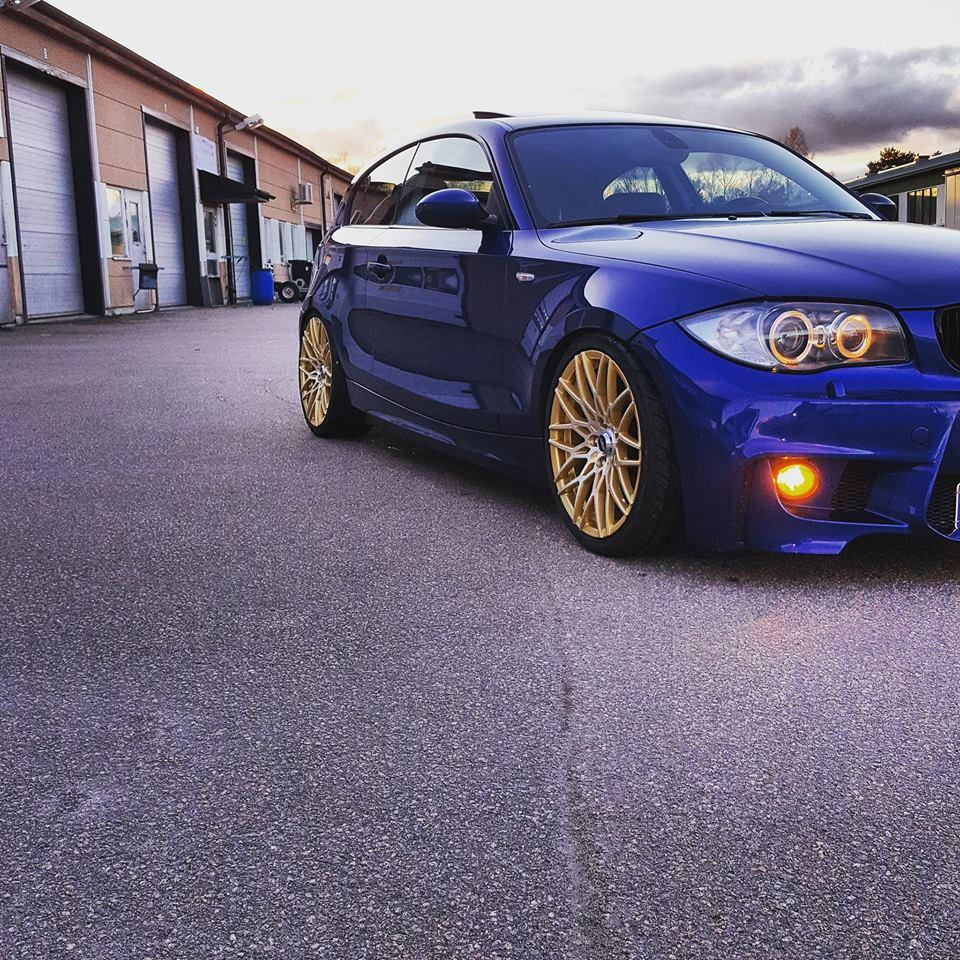 Guld fälgar på Blå BMW