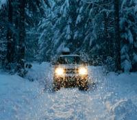 En hård vinter i bilen med snöstorm