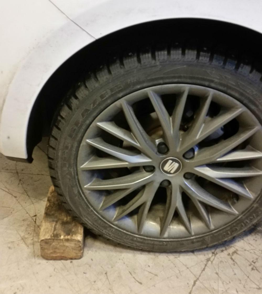 För att göra det säkert placera något bakom däcket.